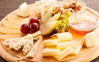 Закуска праздничная сырная с коньяком и виноградом