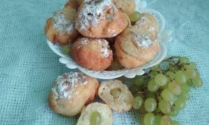 Творожные пончики с виноградом