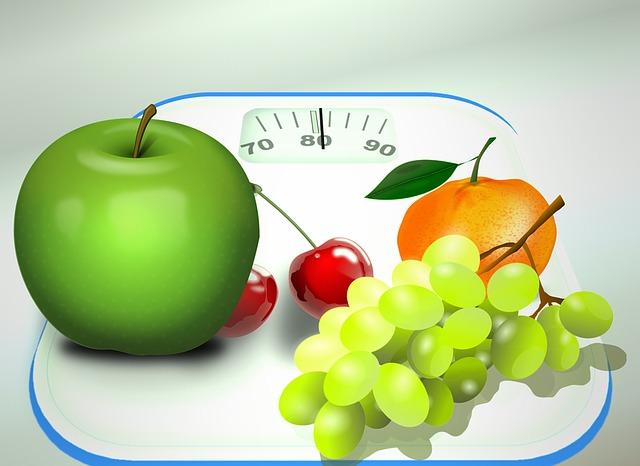 фрукты на весах