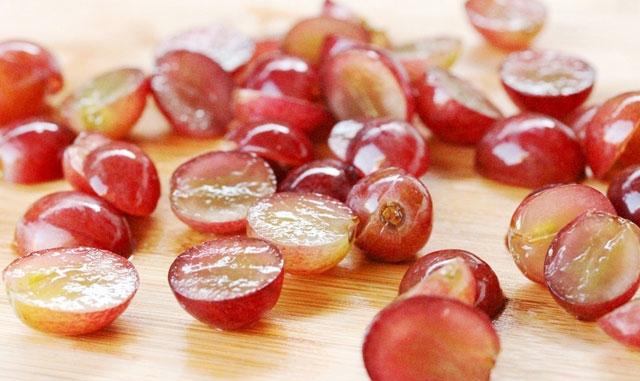 виноград разрезанный
