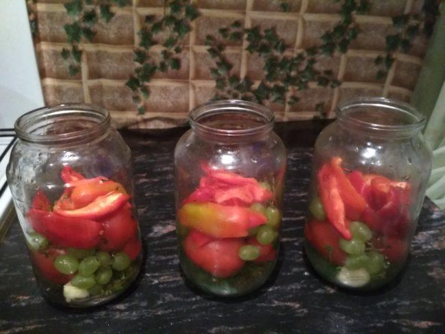 помидоры, виноград с перцем