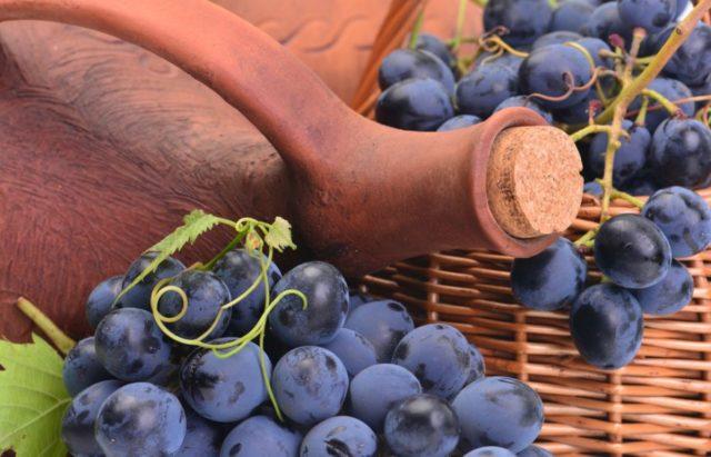 виноград с бутылкой