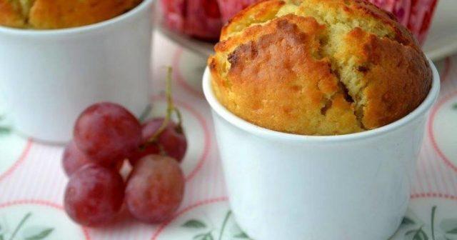 кекс с ягодами винограда