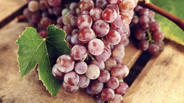 гроздь винограда на доске