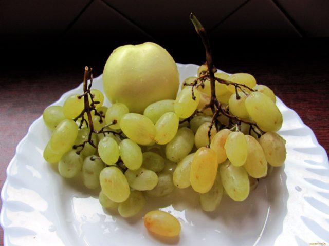 яблоко и виноград на тарелке
