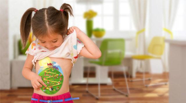 девочка с рисунком на животе