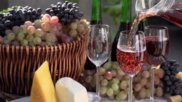 вино в бокале, сыр, виноград