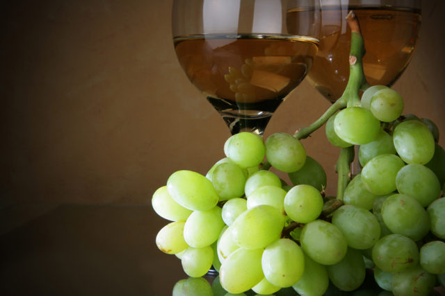 виноград, бокал вина