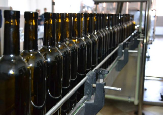 бутылки с вином на конвейере