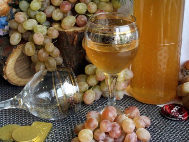 вино в фужере,виноград