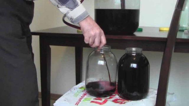 сливают вино