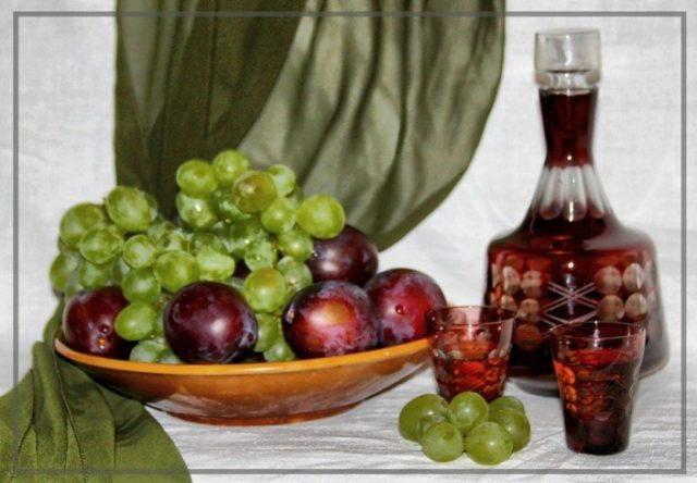 ликер в бутылке, виноград